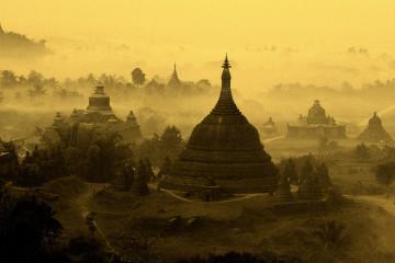 """W """"Listach ze Wschodu"""" z 1898 roku Rudyard Kipling pisał: """" Oto Birma, kraj zupełnie niepodobny do wszystkich, które dotąd widziałeś """". W Mrauk U czas się zatrzymał. Ten skansen żyje bez picu i festiwalu folklorystycznego. W latach 50. ubiegłego wieku bawiłem się na ulicy. Grałem w myszkę i rodzice nie bali się, że mogę wpaść pod samochód. Tak jest w XXI wieku w MRAUK U."""